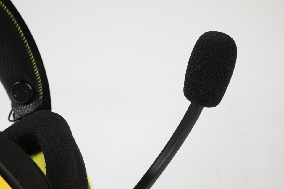 마이크는 각도 조절이 가능하고, 잡음을 막는 스펀지로 음성을 또렷하게 전달할 수 있게 했다.