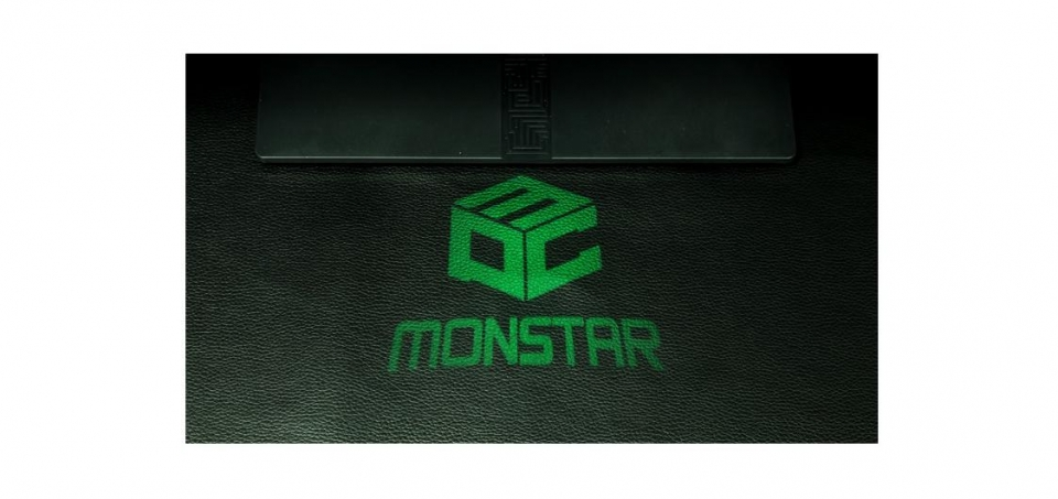 입출력 단자 옆의 렌즈를 통해 바닥에 은은한 몬스타기어 무드 LED 조명이 빛을 발한다.