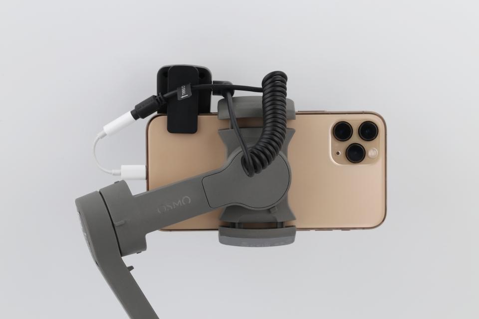 케이스를 분리한 상태로 아이폰11 프로와 RX를 연결했다. 클립을 통해 안정적인 고정이 가능하다.