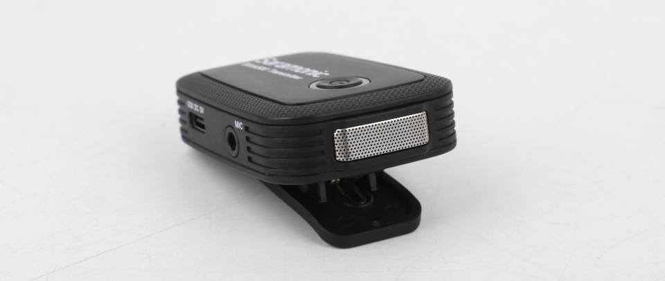 송신기에는 수음부가 위치해 외장 마이크를 꼽지 않고도 녹음할 수 있다.